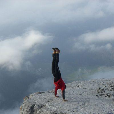 Handstand an der Klippe - Schwimmen Tauchen Tirol